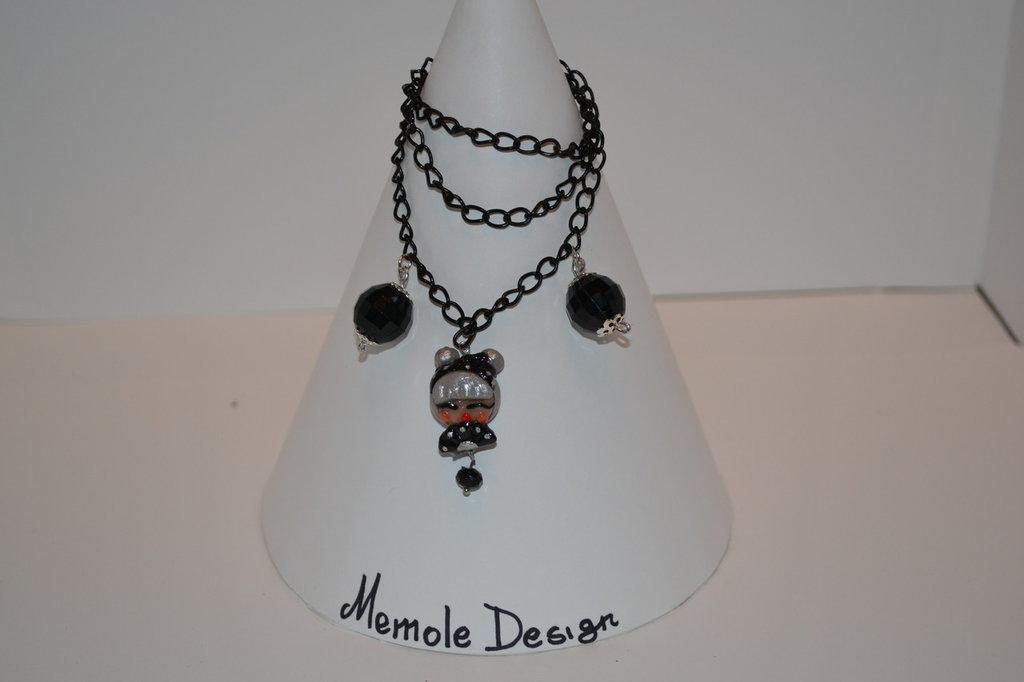 Collana con perle nere e ciondolo Pin up in porcellana fredda Memole Design