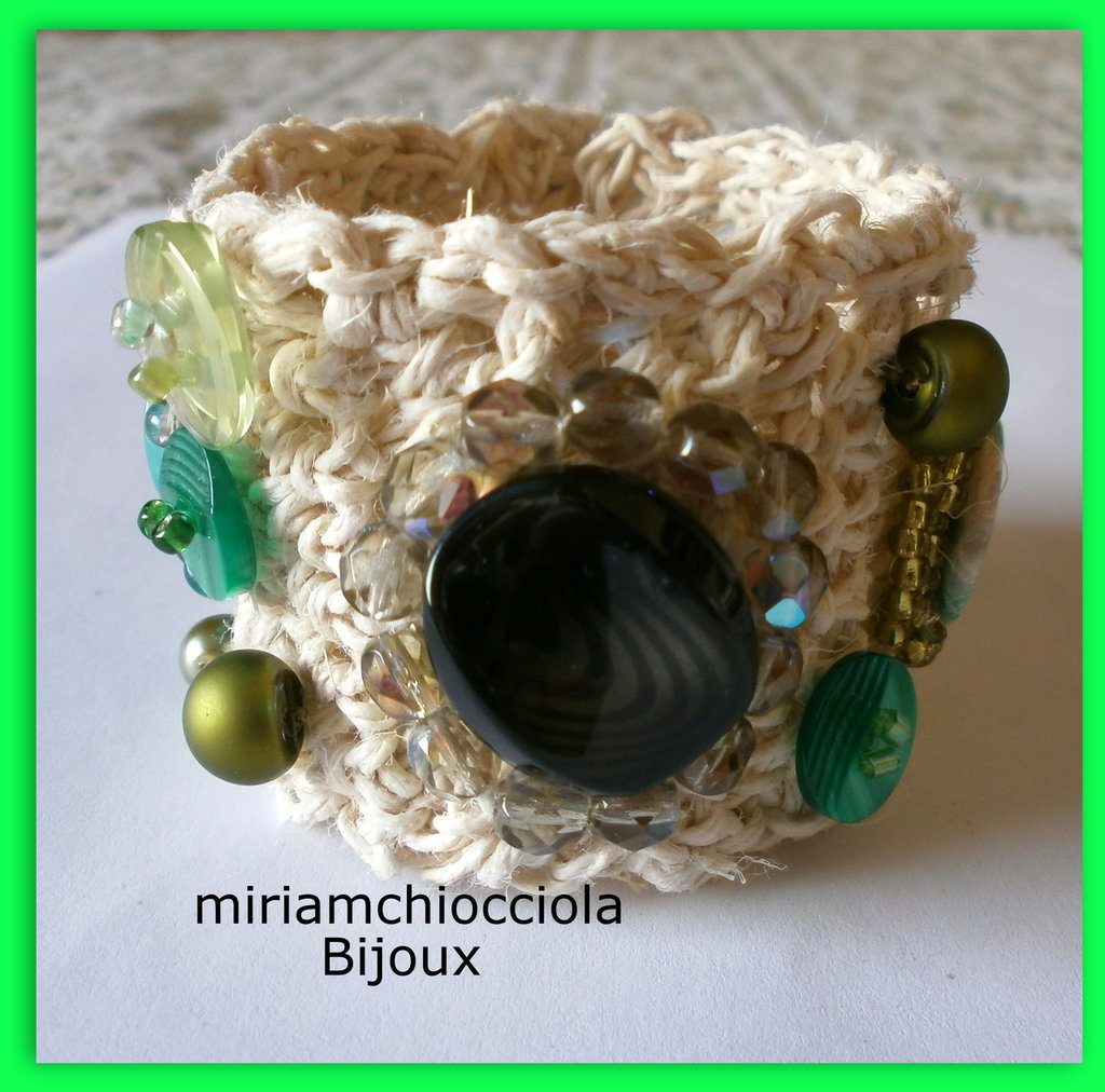 Bracciale polsiera con bottoni e perline