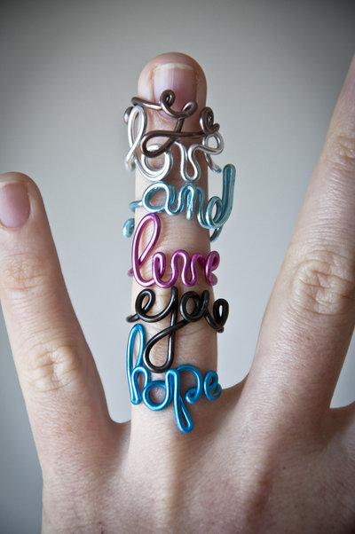Anello con scritta personalizzata, fatto a mano