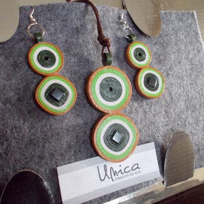 orecchini e collana verdi quadrati