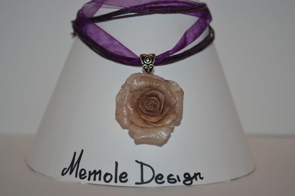 collana con rosa in porcellana fredda Memole design