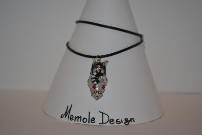 Collana in caucciu' con ciondolo rappresentante una kokeshi bianca e nera Memole design