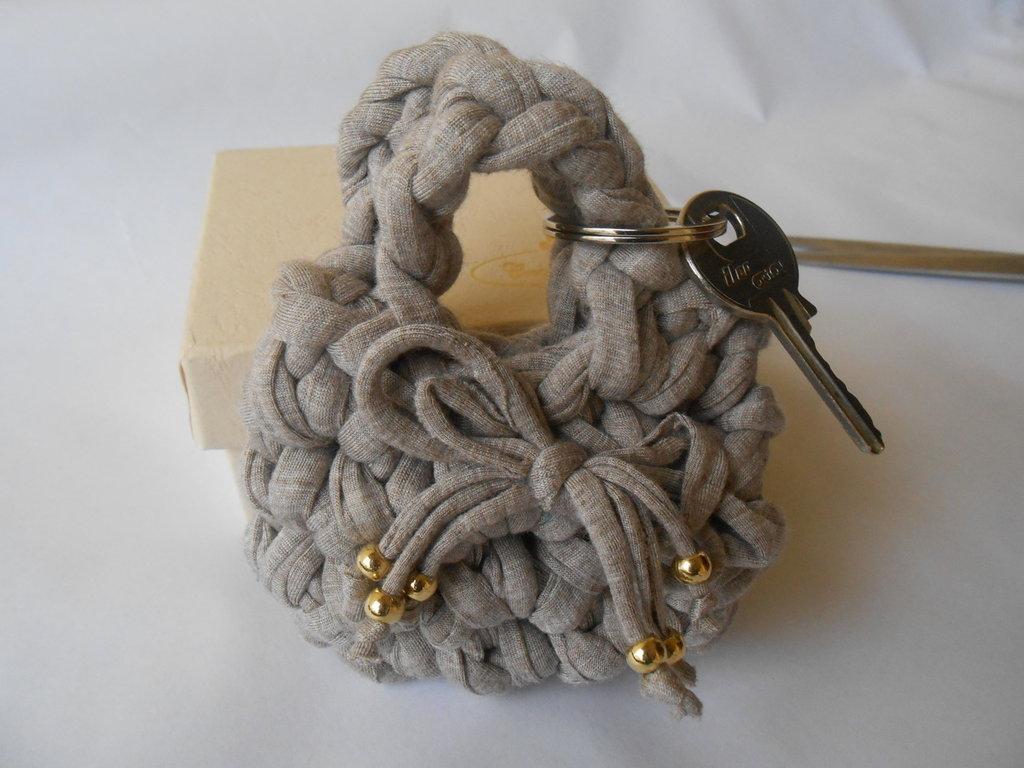Portachiavi a forma di  borsetta fatto a mano con fettuccia  beige  con  fiocco decorato con pallini dorati  , idea regalo.