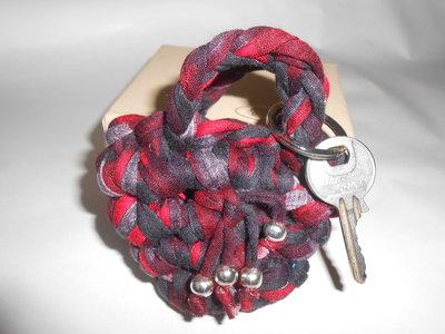 Portachiavi a forma di  borsetta fatto a mano con fettuccia multicolore rosso, nero, grigio , idea regalo,