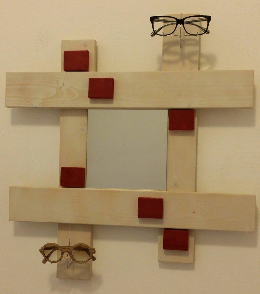 Specchio legno da parete porta occhiali per la casa e for Oggetti da parete design