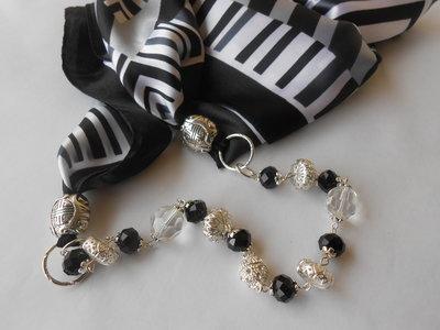 Foulard gioiello fatto a mano con cristalli neri  e chiusura calamitata centrale, idea regalo.