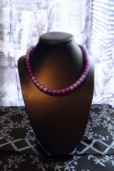 Collana con perle sul viola tubo di rete