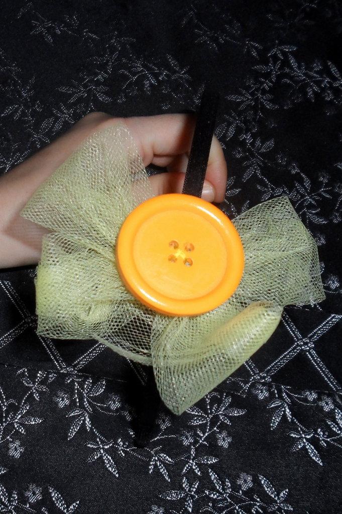 Cerchietto con fiocco in tulle e maxi bottone in legno
