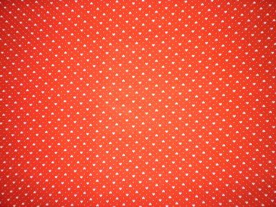 Stoffa  rossa con cuori bianchi