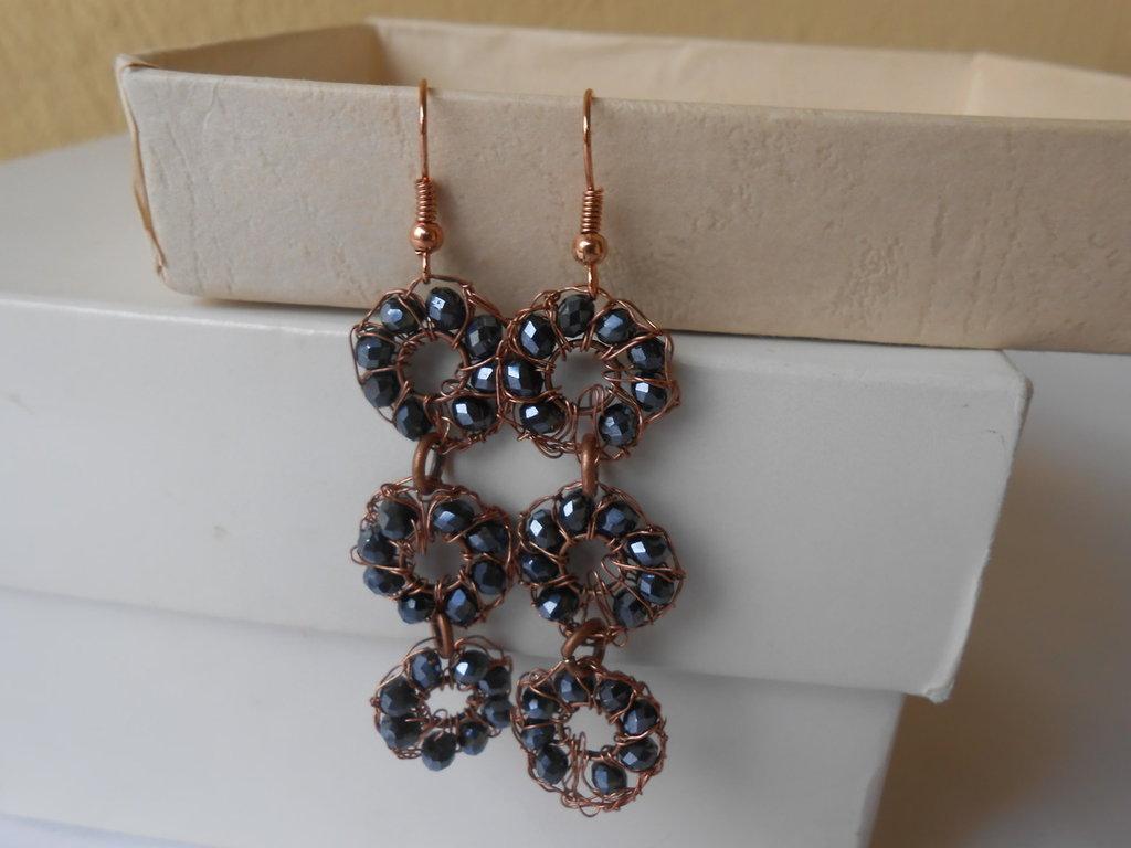 Orecchini pendenti  fatti a mano con filo di rame a crochet e cristalli blu, idea regalo.