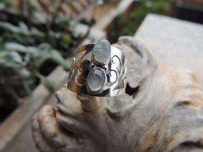 Anello in Argento con Pietra di luna e Decorazioni Floreali