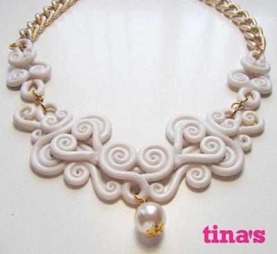 Collana ghirigori in fimo bianco perlato con catena dorata diamantata e perla centrale