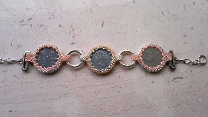 Bracciale con monete in lire incastonate. Riproducibile anche in altri colori.