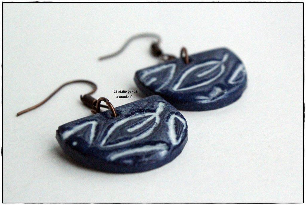 Orecchini blu in fimo con foglie