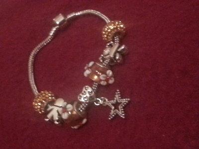 Braccialetto con perle in vetro e charm