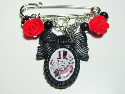 Spilla con cammeo nero teschio old style - ciondoli rose rosse e pistole