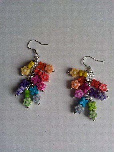 Orecchini pendenti fiorellini di plastica arcobaleno