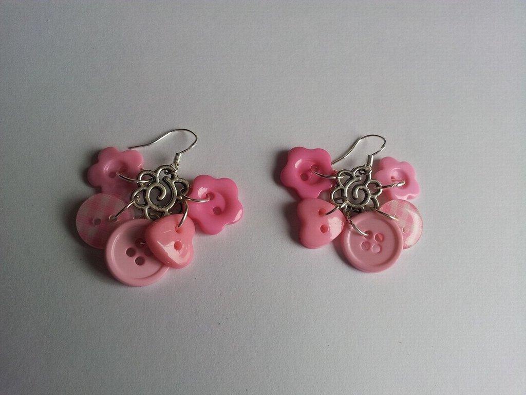 Orecchini pendenti con bottoni rosa