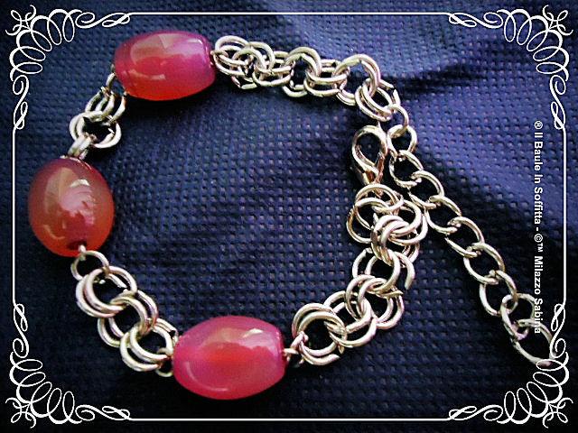 Bracciali con doppia maglia in acciaio e perle in agata rosa, blu o multicolor.