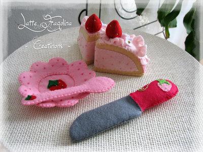 Un set Torta di Fragole mousse con un coltello dolce fragola in feltro