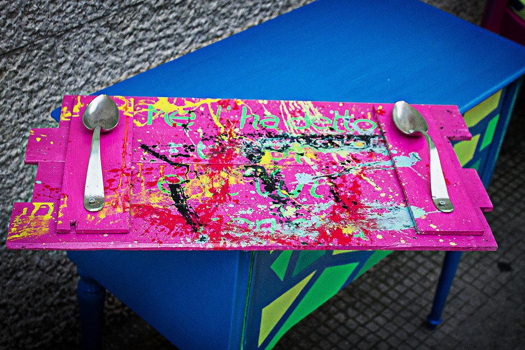 Vassoio lavorato/decorato a mano con colori acrilici con posate come manici
