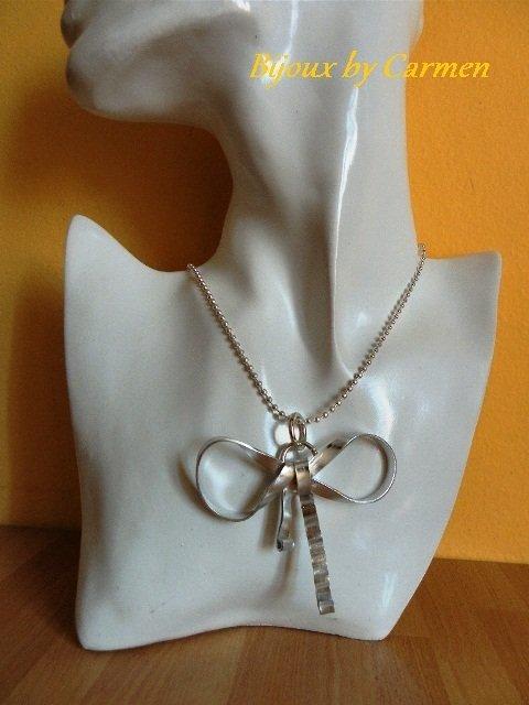 collana con ciondolo a forma di fiocco
