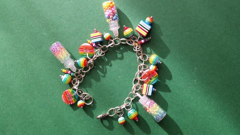 Bracciale charms e bottigliette arcobaleno