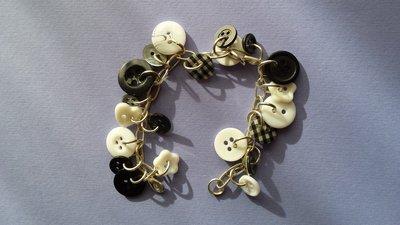 Bracciale charms bottoni bianchi e neri