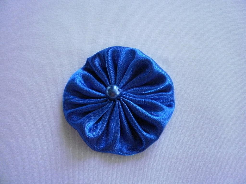 Yo-yo circolare (diametro 6 cm) di stoffa color azzurro lucido