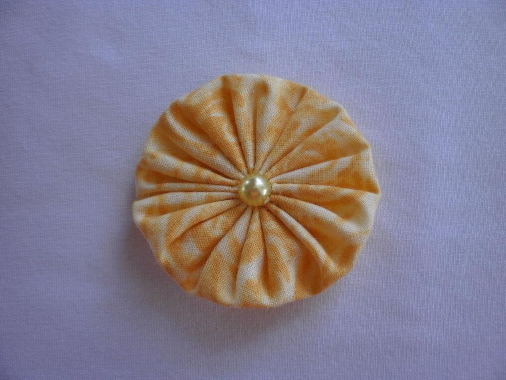 Yo-yo circolare (diametro 6 cm) di stoffa color giallo