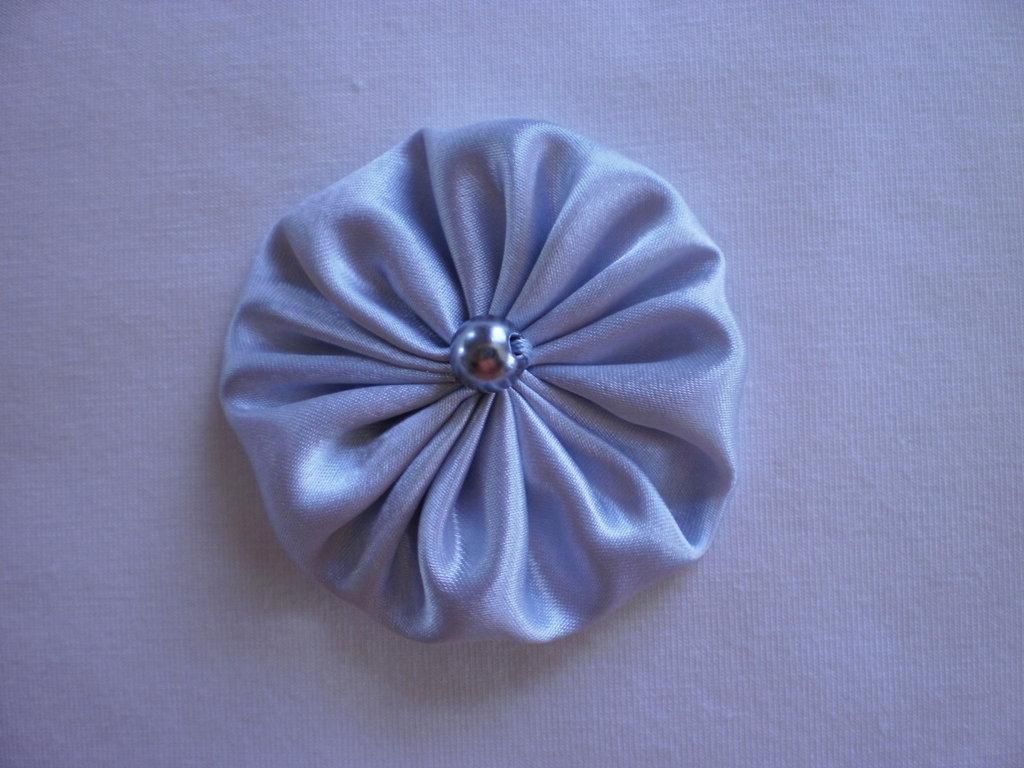 Yo-yo circolare (diametro 6 cm) di stoffa color grigio perla