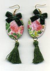 Orecchini pendenti primaverili con rosa e nappina verde