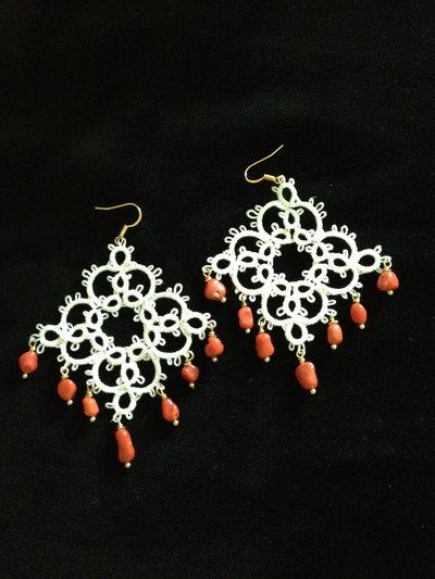 orecchini in chiacchierino bianco con corallo a rombo fatti a mano