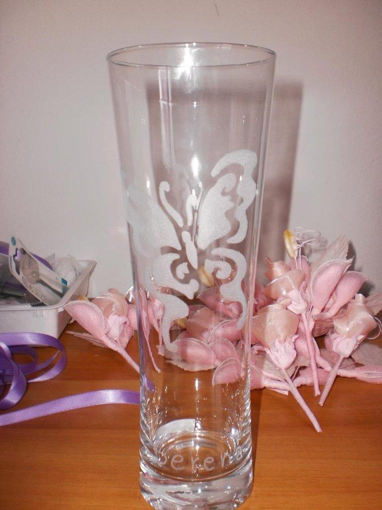vaso in vetro, inciso a mano, con farfalla