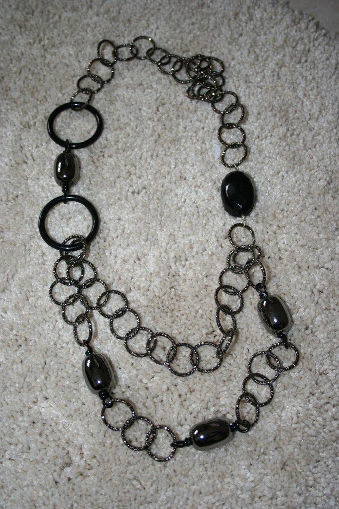 collana anelli  e pietra nera