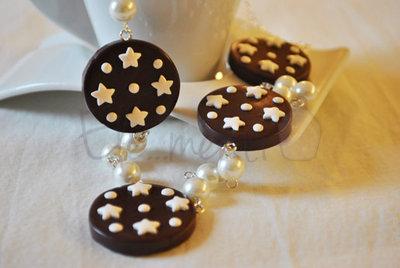 Collana biscotti pan di stelle impreziosita da perle bianche.