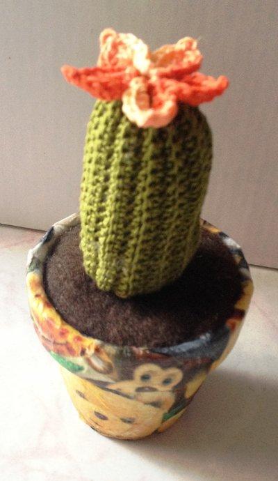 Cactus uncinetto in vaso decoupage