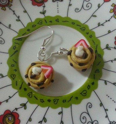 Orecchini broche girelle con cioccolato panna e fragola fimo