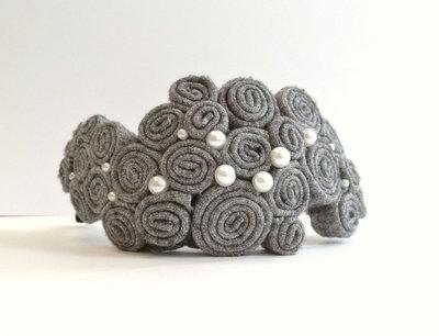 Cerchietto grigio con perline e velluto nero