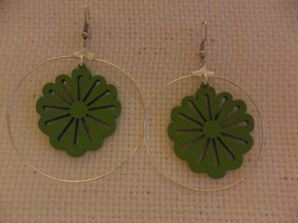 Orecchini a cerchio con margherita verde