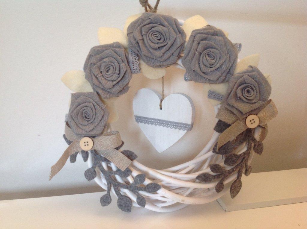 Corona in legno con rose di lino grigie e cuore di legno