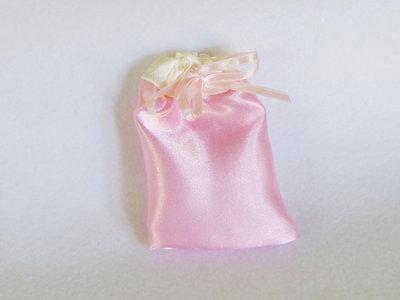 Sacchetti per confetti in satin rosa: per bomboniere eleganti ed economiche