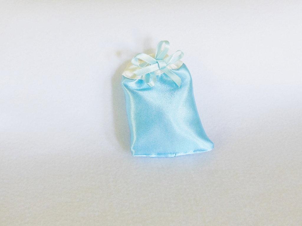 Sacchetti per confetti in satin celesti: per bomboniere eleganti ed economiche