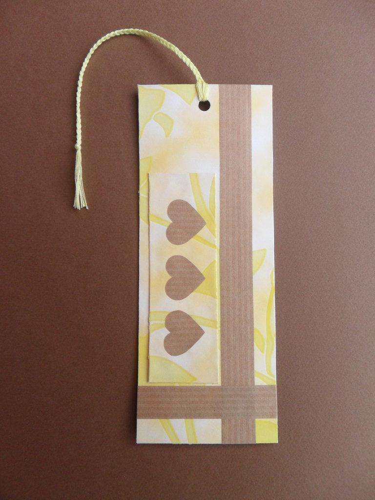 Segnalibro di carta giallo con cuori