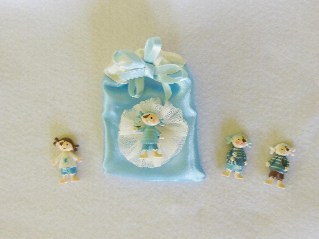 Set di 4 sacchetti portaconfetti in satin con coccarda in tulle e miniatura 'piccoli pirati / marinai': per bomboniere dal sapore di mare