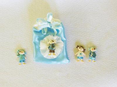 Set di 8 sacchetti portaconfetti in satin con coccarda in tulle e miniatura 'piccoli pirati / marinai': per bomboniere dal sapore di mare