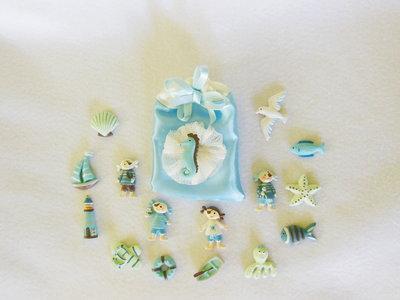 Set di 16 sacchetti portaconfetti in satin con coccarda in tulle e miniatura a tema marino: per bomboniere dal sapore di mare