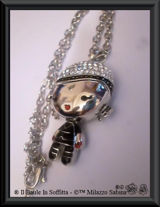 Collana in acciaio e strass, con omino in stile kawaii.
