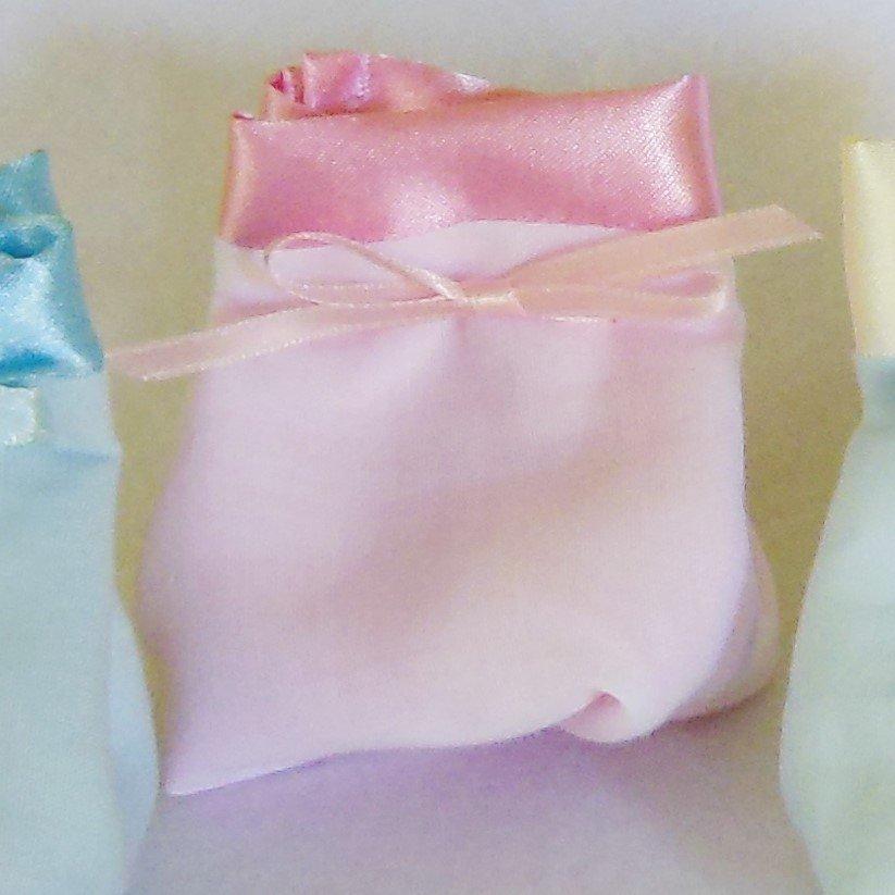 Sacchetto portaconfetti in cotone bianco e satin rosa: per una bomboniera sofisticata ed elegante ma semplice