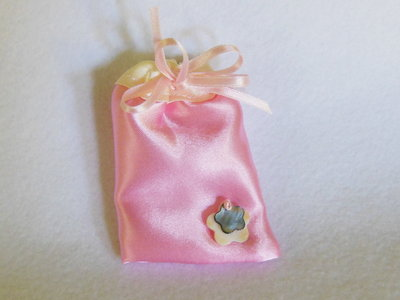 Sacchetti portaconfetti in satin rosa: per bomboniere eleganti ma semplici